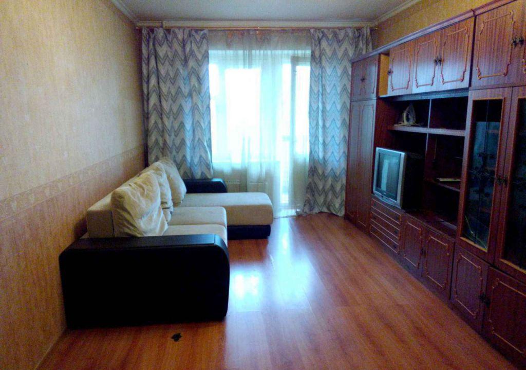 Квартира полностью укомплектована современной мебелью и бытовой техникой.