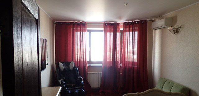 Трехметровые потолки, 3 изолированных комнаты, большая гостиная, кухня 15 м, гардеробная, лоджия, 1 раздельный и 1 совмещенный санузлы.